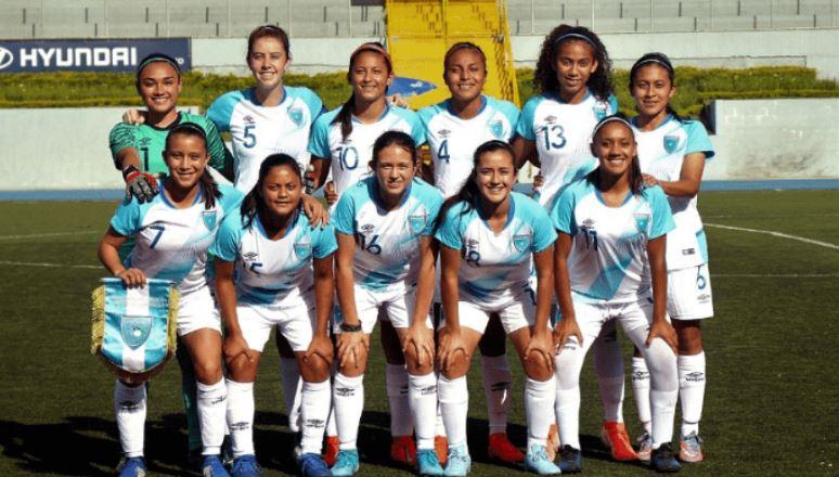 La futbolista guatemalteca y seleccionada nacional, Karen Barrera, (segunda de izquierda a derecha en la fila de abajo), se encuentra desaparecida desde el pasado 30 de septiembre. (Foto: Redes sociales)