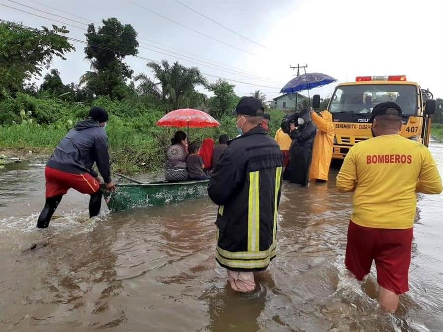 Cuerpos de socorro auxilian a un grupo de personas en Honduras, donde las lluvias debido a Eta, provocaron inundaciones. (Foto: EFE)