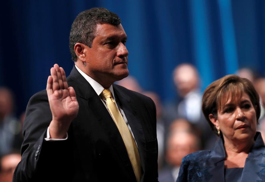 En la imagen, el vicepresidente de Guatemala, Guillermo Castillo (i). EFE/Esteban Biba/Archivo