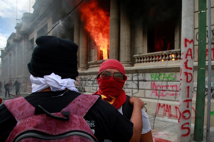 Estados Unidos y los principales países y entidades donantes de Guatemala pidieron una pronta investigación de los hechos ocurridos el sábado; esto debido a que un grupo de encapuchados incendió unas oficinas del Congreso y la policía reprimió la manifestación pacífica contra el Gobierno. (Foto: EFE)