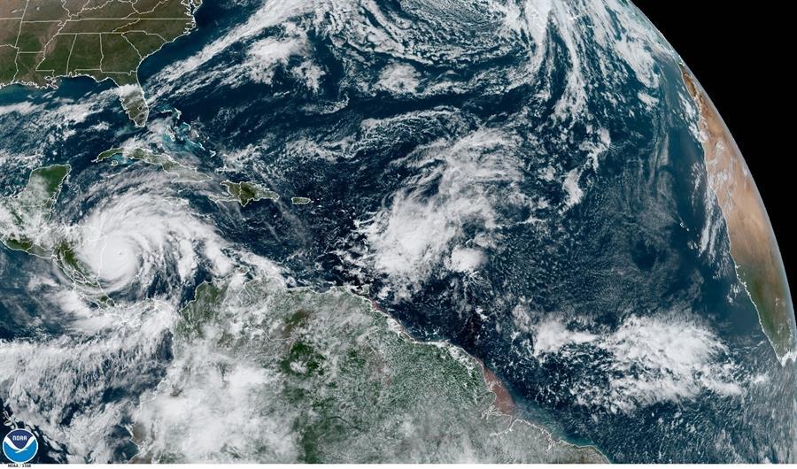 El poderoso huracán Iota, que llegó a alcanzar la categoría 5, ha perdido fuerza tras entrar en Nicaragua; se convirtió en tormenta tropical. (Foto: EFE)
