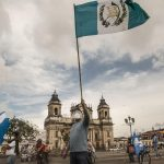 Fotografía de archivo donde ciudadanos protestan, el 15 de agosto del 2020, en la Plaza de la Constitución, en Ciudad de Guatemala (Guatemala). EFE/Esteban Biba/Archivo