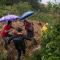 Pobladores cruzan a través de caminos improvisados por los derrumbes ocasionados por el paso de la depresión tropical Eta, hoy en Purulha