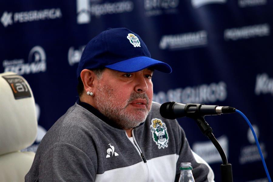 El abogado de una de las enfermeras que atendió a Diego Maradona en los diez días anteriores a su muerte contó que el ídolo sufrió una caída y un golpe en la cabeza; el impacto habría sido del lado contrario al que se había operado, pero que no fue atendido. (Foto: EFE)