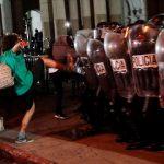 Manifestantes y policía se enfrentan durante una protesta contra el Gobierno y el Congreso de la nación el 28 de noviembre de 2020 en Ciudad de Guatemala