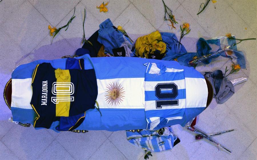 Jorge Burruchaga, Javier Mascherano, Carlos Tevez y otras figuras del fútbol despidieron este jueves a Diego Maradona en su velorio; este se realiza en la Casa Rosada para despedir al astro del fútbol mundial. (Foto: EFE)
