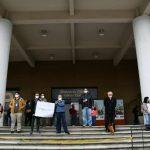 Una veintena de periodistas se pronunció este martes frente al Ministerio Público -MP- en contra de la criminalización y censura de la que ha sido objeto su profesión. (Foto: Twitter)