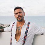"""El cantautor puertorriqueño Pedro Capó recibió sendos reconocimientos por su reciente disco """"Munay""""; esto al conseguir ser disco platino cuatro veces en Colombia y doble platino en Perú, informó Sony Music Latin, disquera del artista. (Foto: Twitter)"""