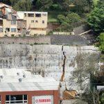 En las redes sociales circuló un video donde se ve cuando un muro se derrumba y daña una casa en el kilómetro 7.5 carretera Muxbal. (Foto: Twitter)