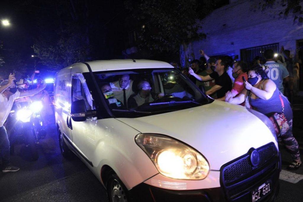 Diego Molina, empleado de la funeraria, aparece dentro del vehículo, en medio de los sillones delanteros, mientras el cuerpo de Maradona era trasladado. (Foto: Twitter)