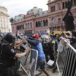 Los disturbios registrados ayer en el multitudinario velorio de Diego Armando Maradona desataron fuertes acusaciones; tanto entre el Ejecutivo de Alberto Fernández y el Gobierno de la ciudad de Buenos Aires. Todo respecto a las responsabilidad en el fallido operativo de seguridad. (Foto: Twitter)