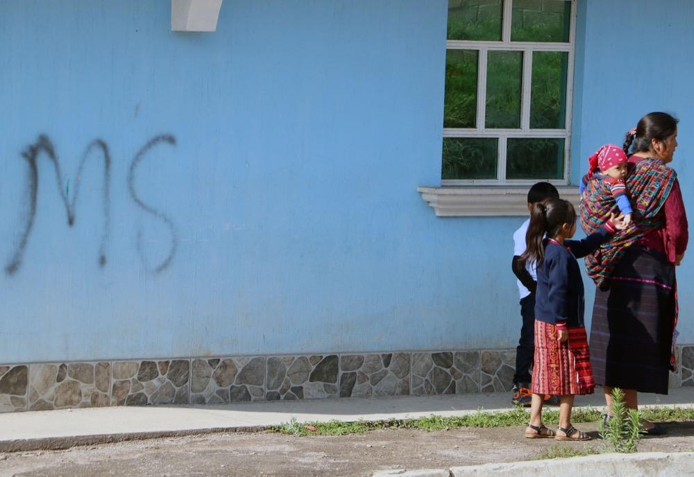 En el municipio de Concepción Chiquirichapa, Quetzaltenango, se observa grafitis de pandilleros en las paredes de viviendas.