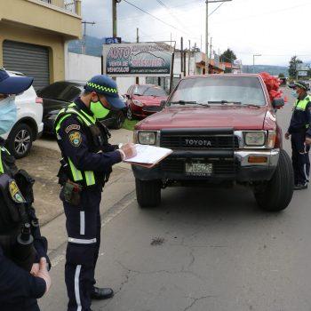 Autoridades de la PMT iniciaron con operativos en Quetzaltenango, para verificar el pago del impuesto de circulación. (Foto: Carlos Ventura)