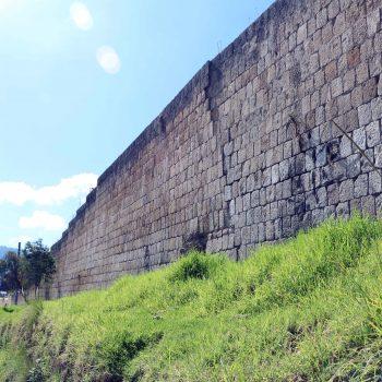 Un paredón del Cementerio General de Quetzaltenango está a punto de desplomarse, debido a los temblores ocurridos en los últimos días. (Foto: Carlos Ventura)