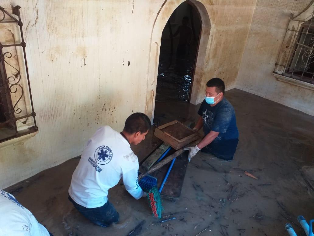 Un total de 15 voluntarios socorristas de la Brigada de Socorro Vida Segura, viajaron a San Pedro Carchá, Alta Verapaz, para apoyar. (Foto: Cortesía)