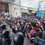 Al menos dos personas sufrieron lesiones en los ojos, además de otros heridos durante las manifestaciones del sábado en contra del presidente, Alejandro Giammattei, y el Congreso. (Foto: CRN Noticias)