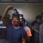 Vista de algunos de los detenidos durante las manifestaciones de ayer, en la torre de tribunales donde se realiza hoy la audiencia de primera declaración en Ciudad de Guatemala (Guatemala). EFE/Edwin Bercían