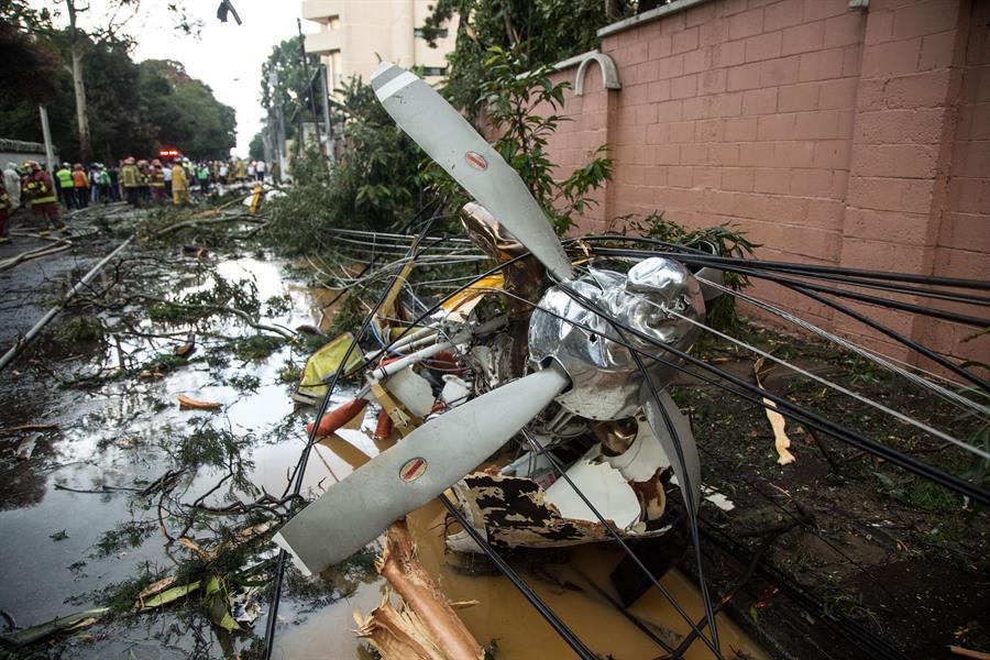 Una avioneta con ayuda humanitaria para los afectados por la depresión tropical Eta se estrelló este domingo en la zona 9 de la ciudad capital. Hasta el momento se desconocen las causas del accidente. (Foto: EFE)