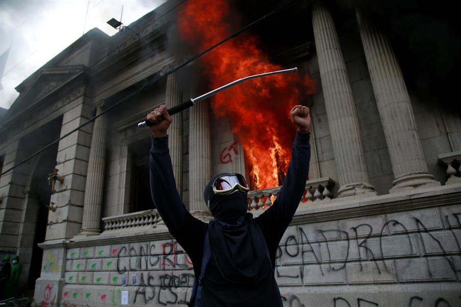 Cientos de manifestantes tomaron este sábado el Congreso de la República y le prendieron fuego a varias oficinas; esto hasta que fueron desalojados por fuerzas de seguridad y cuerpos de bomberos, que apagaron el incendio. (Foto: EFE)