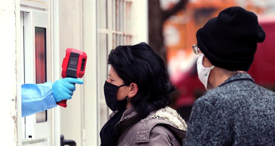 La pandemia de COVID-19 alcanzó este lunes los 62,3 millones de casos, medio millón de ellos registrados en las últimas 24 horas; sin embargo, la gráfica de contagios diarios sigue manteniéndose en descenso desde hace dos semanas, de acuerdo con las cifras de la Organización Mundial de la Salud -OMS-.