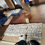 Las autoridades iniciaron el proceso de los Q122 millones que se localizaron en una residencia de Antigua Guatemala. (Foto: MP)