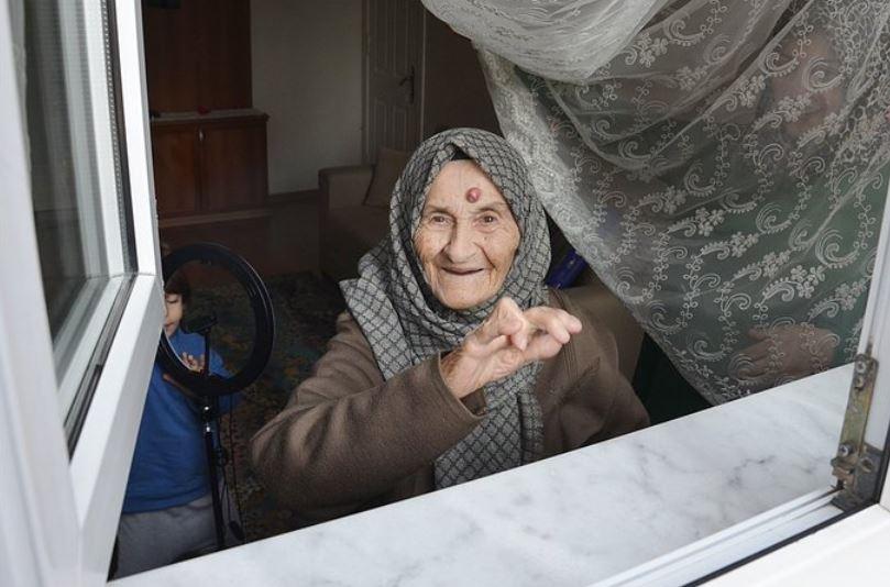 Una mujer de 105 años, en Estamul, Turquía, fue hospitalizada por un contagio de COVID-19 y superó la enfermedad en cinco días. (Foto: Twitter)