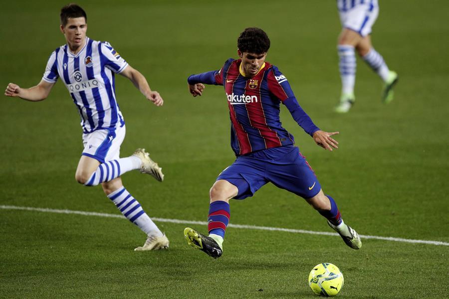 El centrocampista del FC Barcelona Carles Aleñá (d), durante el partido correspondiente a la decimonovena jornada de la LaLiga Santander ante la Real Sociedad disputado esta noche en el Nou Camp, en Barcelona. EFE/Alejandro García