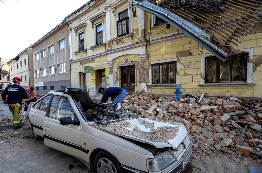 Al menos cinco personas murieron este martes, entre ellas una niña, en el fuerte terremoto que sacudió una zona central de Croacia. (Foto: EFE)