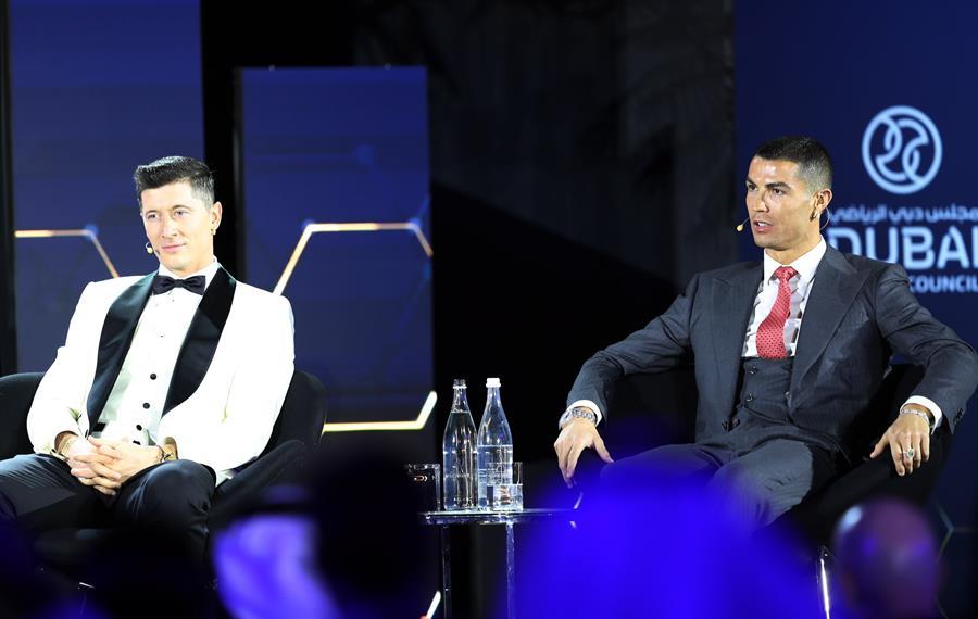 El polaco Robert Lewandowski -de blanco-, fue elegido el mejor jugador del año, en los Globe Soccer Awards. (Foto: EFE)
