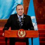El presidente Alejandro Giammattei, espera que el 2021 sea el año de la reactivación económica del país. También recomendó este jueves a la población ser responsables durante las fiestas de fin de año para evitar más contagios de COVID-19. (Foto: EFE)