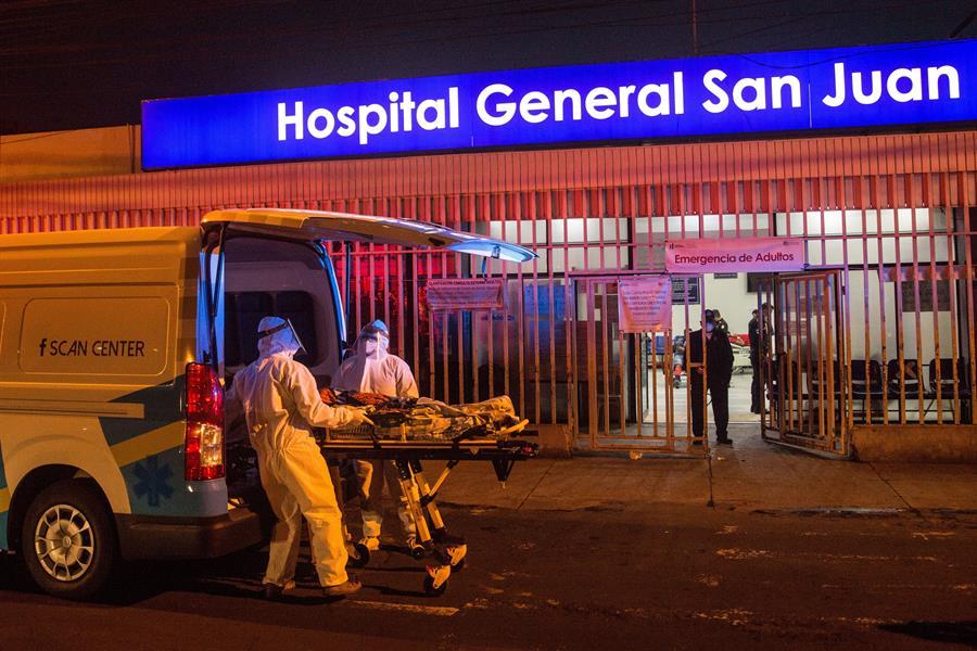 Paramédicos con equipo de protección para evitar el contagio de coronavirus ingresan a una mujer al área de emergencias del Hospital San Juan de Dios, el 1 de julio de 2020 en Ciudad de Guatemala (Guatemala). EFE/Esteban Biba/Archivo