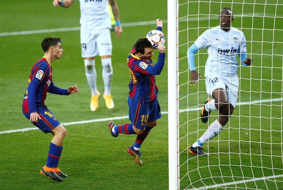 El jugador del FC Barcelona Lionel Messi (i), marca contra el Valencia CF, durante el partido de la decimocuarta jornada de La Liga Santander de fútbol en el Camp Nou.- EFE/ Enric Fontcuberta.