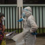 Un médico habla con un paciente en el área de emergencias por enfermedades respiratorias del hospital San Juan de Dios en Ciudad de Guatemala (Guatemala). EFE/ Esteban Biba/Archivo