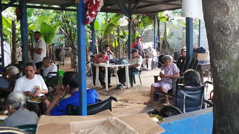 Los voluntarios también compartieron una comida y regalos con los abuelitos del asilo El Shadai, en San Gabriel, Suchitepéquez. (Foto: Cristian Soto)