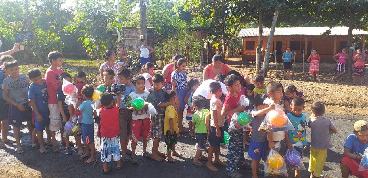 Los niños del área rural y urbana de los municipios de Suchitepéquez recibieron regalos en esta navidad por parte de diferentes organizaciones, asociaciones y grupos voluntarios.