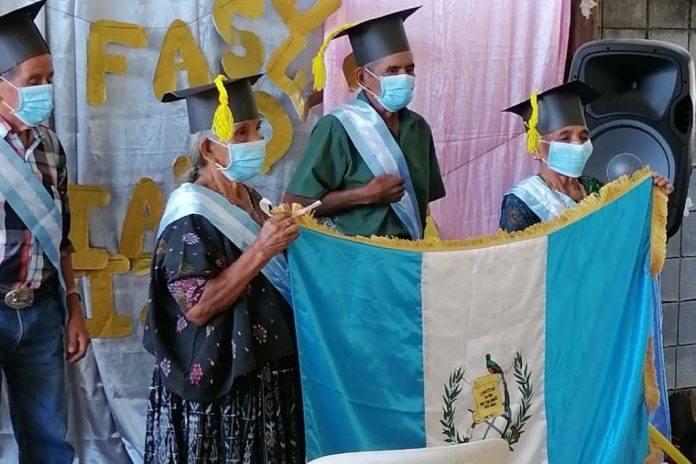 Un total de 12 adultos de la tercera edad culminaron su etapa como estudiantes de nivel primario y recibieron su diploma de sexto grado. El evento se llevó a cabo en el municipio de El Estor, del departamento de Izabal.
