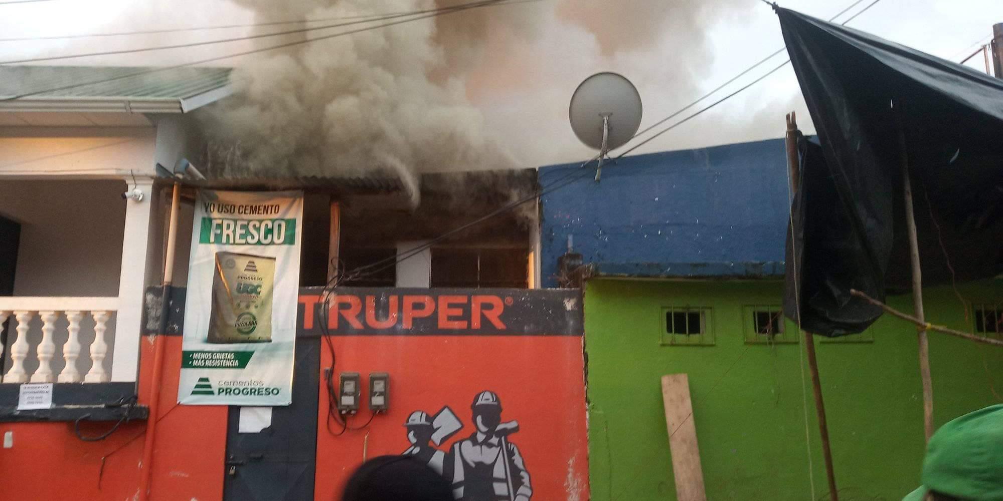 Un incendio a consecuencia de un probable cortocircuito dejó unos Q60 mil en pérdidas. El siniestro ocurrió en el barrio El Centro, frente al parque central de Panzos, Alta Verapaz. (Foto: Eduardo Sam)