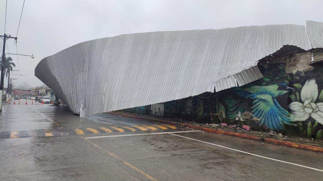 Vecinos de Quejá, Alta Verapaz, afectados por las tormentas Eta e Iota, se quedaron sin techo en el albergue temporal donde permanecen. Además una escuela de Cobán también se vio afectada. (Foto: Eduardo Sam)