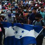 Centenares de hondureños iniciaron en las últimas horas una nueva caravana con destino a Estados Unidos desde San Pedro Sula; aducen la falta de empleo tras los devastadores daños que dejaron las tormentas tropicales Eta e Iota en el país. (Foto: Twitter)