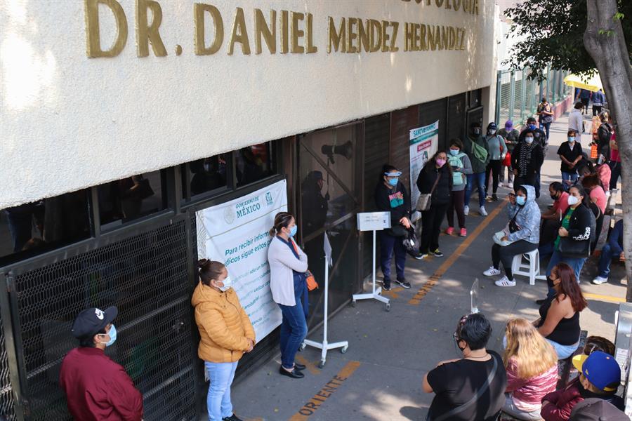 Familiares de pacientes, especialistas y hasta la OMS contradicen el discurso oficial del Gobierno de México sobre el COVID-19 y sus cifras. (Foto: EFE)