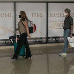 El presidente Alejandro Giammattei anunció la restricción de vuelos provenientes del Reino Unido y Sudáfrica, por una nueva cepa de COVID-19. (Foto: EFE)