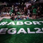 Manifestantes acampados a las puertas del Congreso argentino, a la espera de la votación en el Senado de la legalización del aborto. EFE/ Juan Ignacio Roncoroni