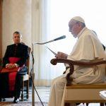 El papa Francisco, de 84 años, fue vacunado este miércoles contra el coronavirus; esto en el primer día en el que el Estado del Vaticano comenzó su campaña de vacunación entre sus habitantes y empleados. También será vacunado el pontífice emérito, Benedicto XVI.