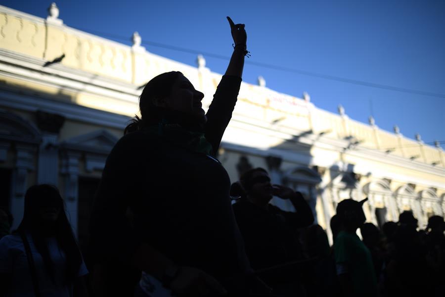 Grupos de féminas y activistas humanitarios exigieron a las autoridades un alto a la violencia que se cobra la vida de al menos cinco mujeres cada día en Guatemala.