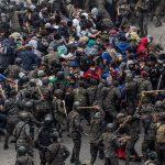 Las fuerzas de seguridad detuvieron y reprendieron violentamente este domingo a una caravana de miles de hondureños; ellos pretenden llegar a México y posteriormente a Estados Unidos en busca del sueño americano.