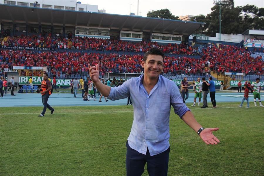 En la imagen, el argentino Sebastián Bini, entrenador del club Municipal. EFE/Douglas Suruy/Archivo