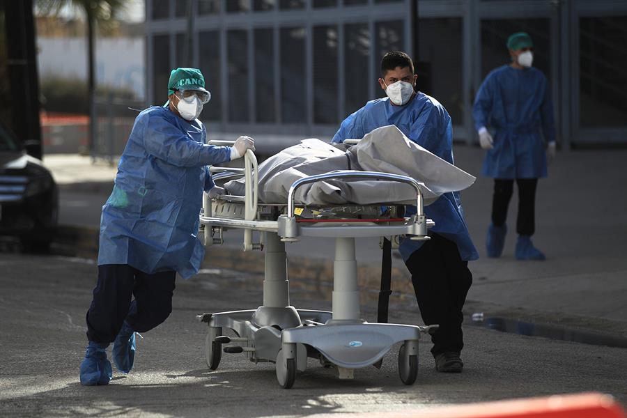 La OMS notificó hoy 15 mil 800 muertes por COVID-19 en las últimas 24 horas, por lo que el total de decesos acumulados suma 1,97 millones.