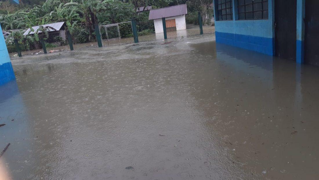 Los maestros, padres de familia y alumnos de la Escuela Oficial Rural Mixta Rafael Arévalo Martínez, en Chitul, Santa Cruz Verapaz, Alta Verapaz sin con preocupación, debido a que dicho centro educativo sufrió inundaciones por las tormentas Eta e Iota.