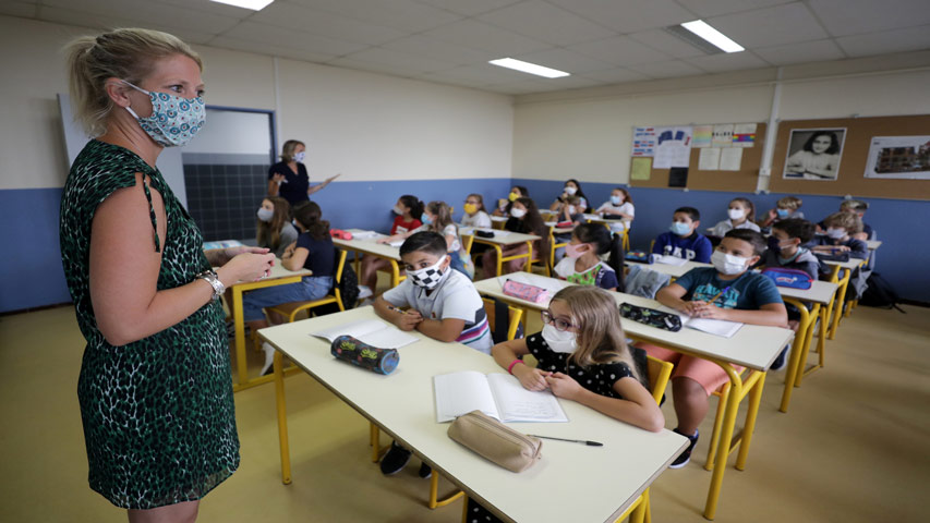 Los niños de Grecia regresaron al colegio a partir de este lunes después de dos meses de confinamiento por la pandemia del COVID-19.
