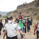 El Gobierno de Guatemala continuó con la deportación de cientos de migrantes hondureños que ingresaron ilegalmente al país. Todos son parte de una caravana que buscaba atravesar el país con Estados Unidos como destino final.